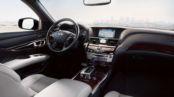 Interior of the 2018 Infiniti Q70 Hybrid LUXE